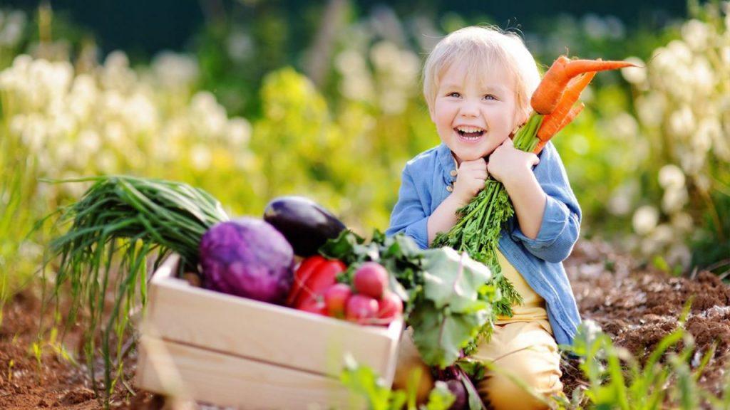 enfant vegan jardin legume