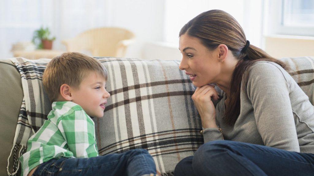 maman parle avec enfant